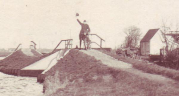 zwaaiende fietser, 1925